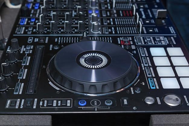 나이트 클럽에서 dj 콘솔 cd mp4 디제이 믹싱 데스크 음악 파티. 음악 실험을 위한 dj 콘솔