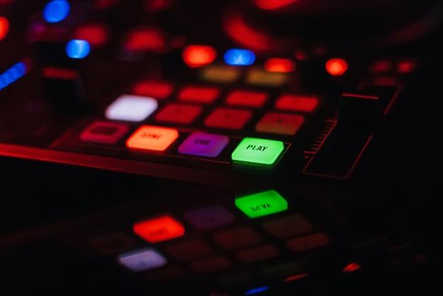 Панель dj регулятора для профессиональной музыки и звука