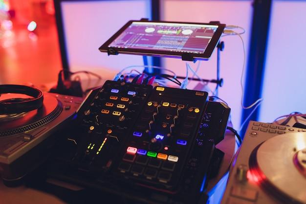 Руки диджея на пульте. ночной клуб. dj управляет и перемещает микшеры в музыкальном пульте.