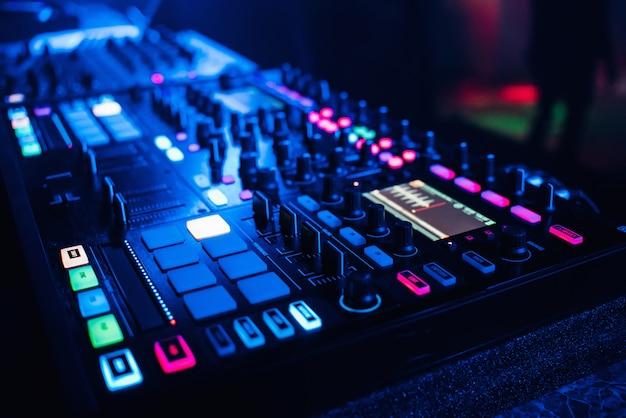 Панель управления dj-микшером для воспроизведения музыки и вечеринок