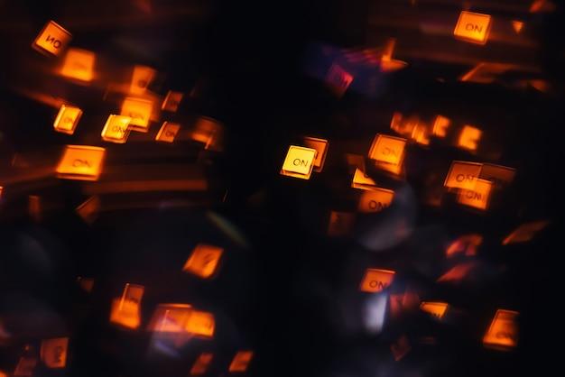 Dj-микшер в ночном клубе со светящимися разноцветными лампочками от контроллеров и кнопок