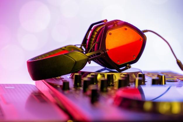 Наушники размещены на dj mixer в ночном клубе.