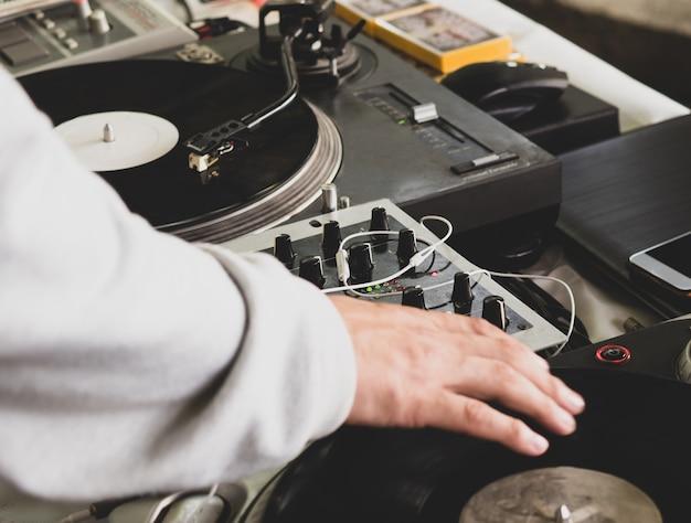 ヒップホップパーティーで音楽を演奏するdj。アナログターンテーブル、djはスクラッチにターンテーブルとミキサーを使用しています。