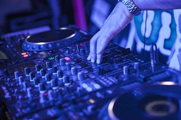 믹서에서 음악을 재생하는 dj