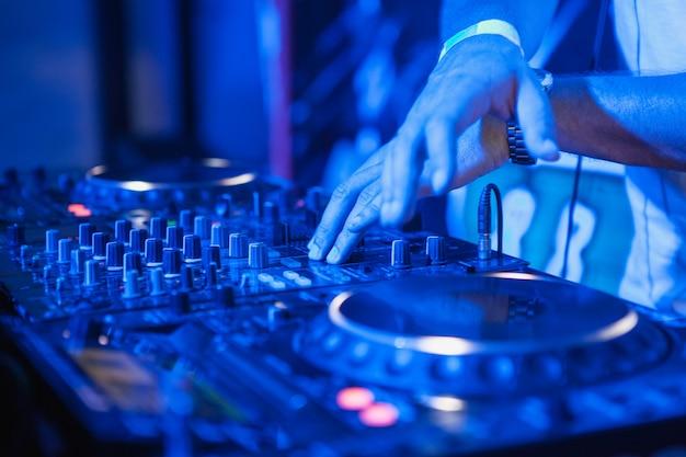 Dj играет музыку на микшере Бесплатные Фотографии