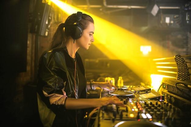 Dj играет музыку в клубе