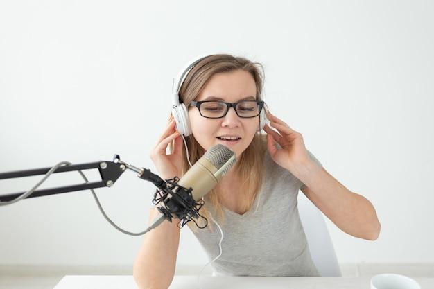 Dj、ラジオのホスト、ブログのコンセプト-働く若い女性のクローズアップ