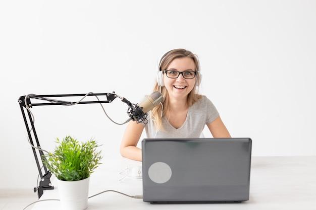 Dj, 라디오 호스트 및 블로깅 개념-일하는 젊은 여자