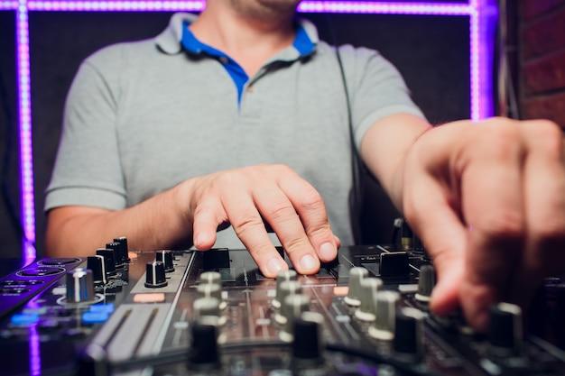 Dj 리모컨, 턴테이블 및 손. 클럽에서의 나이트 라이프 파티.