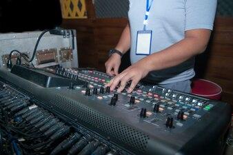 DJ、サウンド、コントロール。歌を歌う