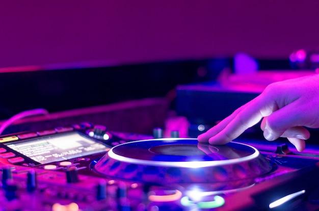 Dj звуковое оборудование в ночных клубах и музыкальных фестивалях