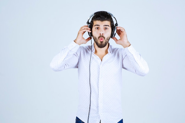 ヘッドホンをつけて音楽を聴いているdj