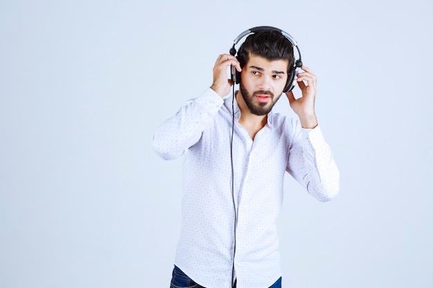 Dj che indossa le cuffie e ascolta la musica