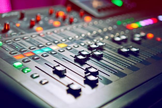 Dj는 나이트 클럽, 음악 클럽 파티, 콘서트 장비, 믹서 및 dj 콘솔에서 작동합니다. 디스코, 엔터테인먼트, 휴가의 개념. 소프트 포커스 사진