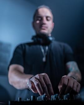 Djがナイトクラブでハウスミュージックとテクノミュージックを演奏。音楽のミキシングとコントロール