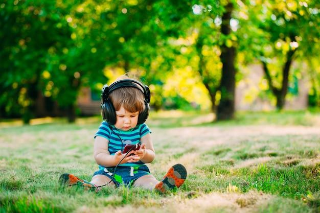 ヘッドフォンと小さな男の子。若いdj