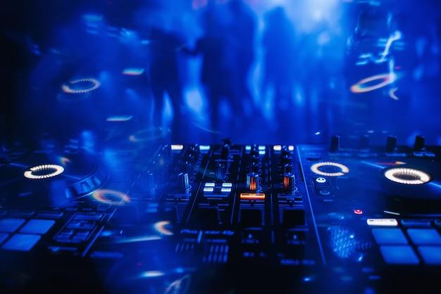 テーブルの上のdjミキサー、ナイトクラブの背景