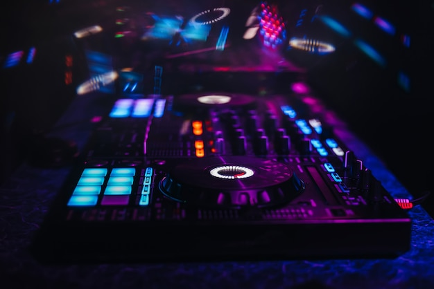 音楽を演奏したりパーティーをしたりするためのdjミキサーコントローラーパネル
