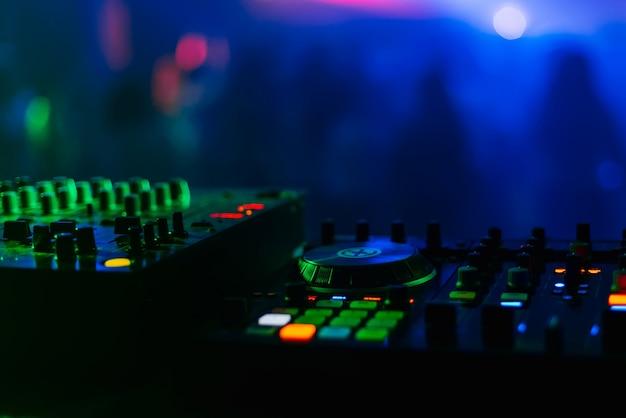 コントロールパネルとミキサーdjパーティーナイトクラブ