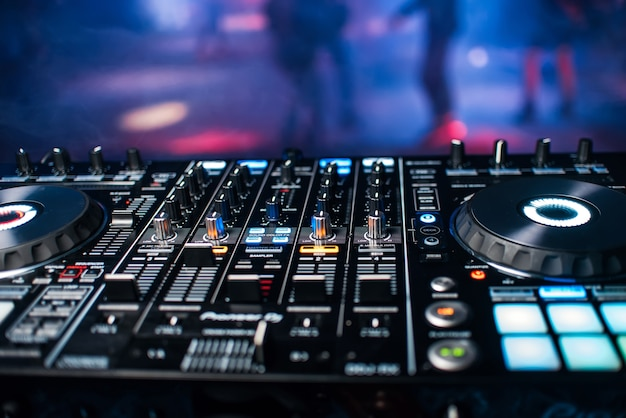 パーティーでナイトクラブで音楽をミキシングするためのdjコンソールのプロフェッショナルパネル