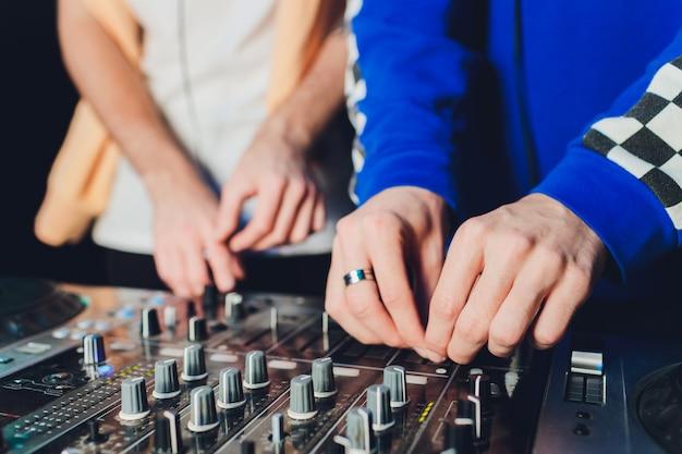 ミキサー。録音用のリモート。スタジオで働いているサウンドエンジニア。サウンドアンプミキシングコンソールイコライザー。歌とボーカルを録音します。ミキシングトラック。オーディオ機器。ミュージシャンと仕事をする。 dj。