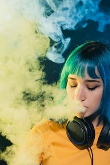 Вид спереди женщина dj курить в клубе