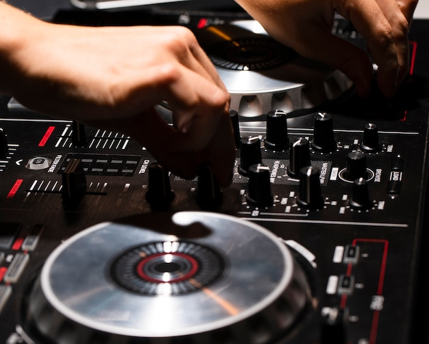 Крупным планом вид панели управления dj в клубе