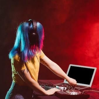 サイドビュー若い女性djミキシング