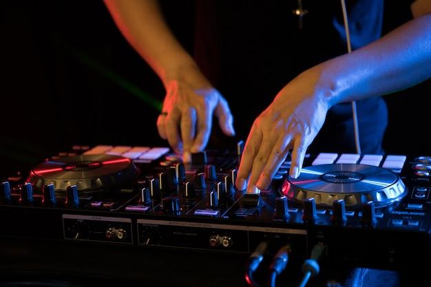 ナイトクラブパーティーでdjがターンテーブル音楽を演奏する