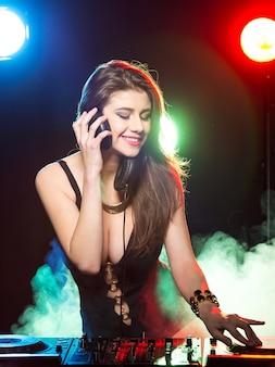 クラブで働く若い女性dj。