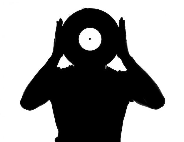 分離されたビニールレコードを持つ男性djのシルエット。