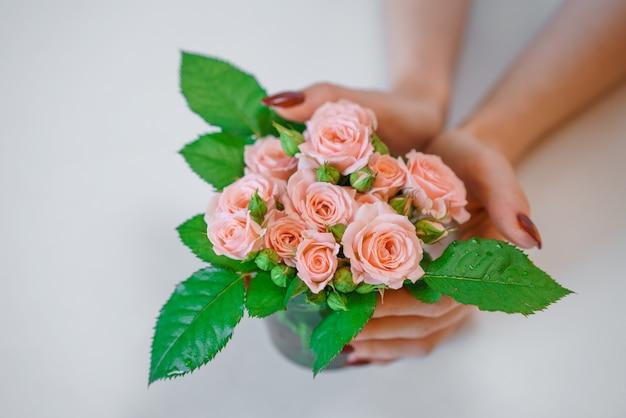 여성의 손에 핑크 장미의 dmall 꽃다발