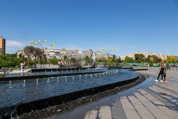 Днепр, украина - 26 августа 2020 г .: фонтан в новом парке отдыха на набережной города