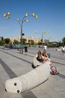 Днепр, украина - 26 августа 2020 г .: фрагмент нового парка отдыха на набережной города