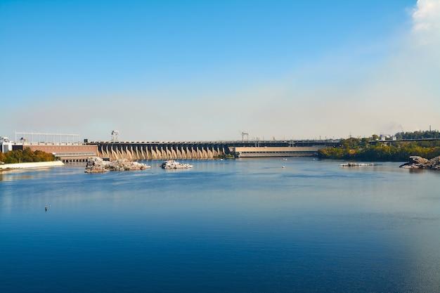 Zaporozhye시의 dnieper 강에 dneproges 댐