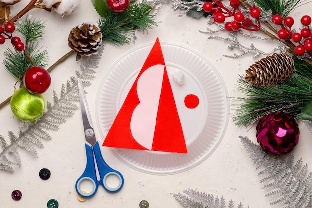 Сделай сам на рождество. прохождение. шаг первый. вырежьте детали из цветной бумаги и пластиковой посуды.