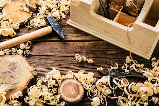 Сделай сам из дерева. деревообрабатывающий цех. сделай сам. стружка и столярные инструменты. копировать пространство. фото высокого качества