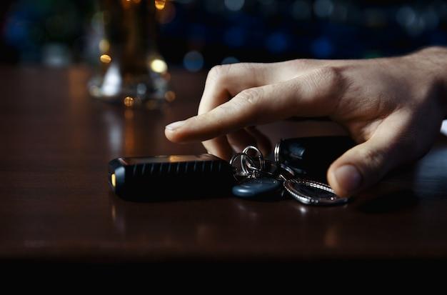 飲酒運転しないでください!車のキーを話している酔っぱらいのトリミングされた画像