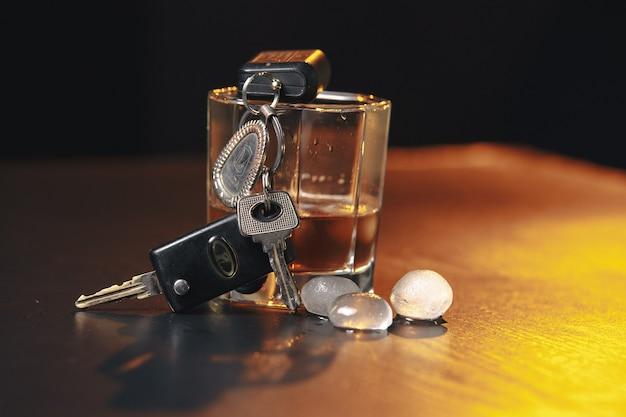 마시고 운전하지 마십시오! 술에 취해 남자 이야기 차 열쇠의 자른 이미지