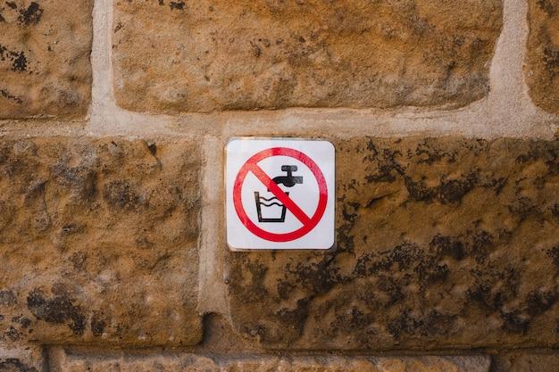 サイン、水道水を飲むことの禁止を飲まないでください。
