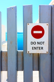 Знак не входить на деревянные ворота крупным планом