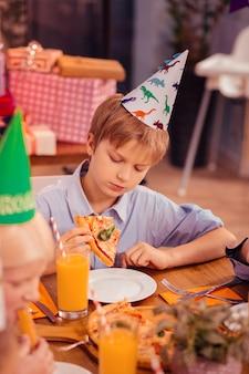 그것을 좋아하지 않아. 깊은 생각을하면서 테이블에 팔꿈치를 기울고 심각한 남자 아이