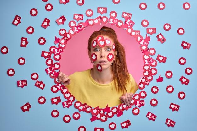 ソーシャルネットワークでの私の投稿を評価しますか面白い赤毛の女性ブロガーはインターネットでたくさんのいいねを取得します