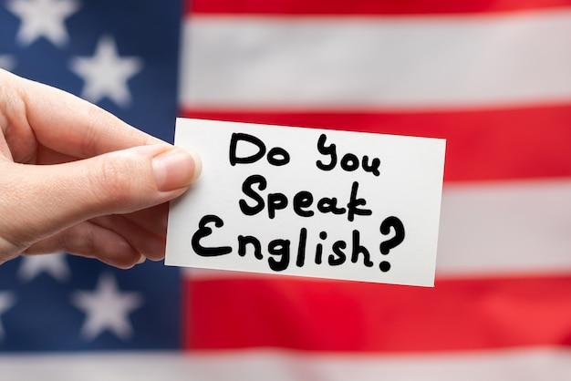 Ты говоришь по-английски? текст на карточке на американском флаге