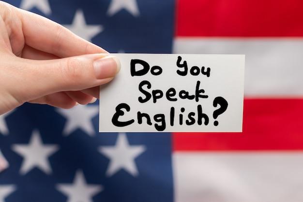 Вы говорите по-английски с текстом на карточке.