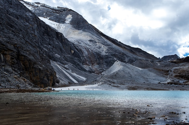 中国四川省のdoacheng yading国立公園のミルク湖。最後のシャングリラ
