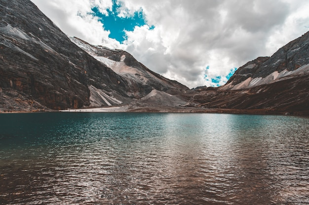 中国の四川省doacheng yading国立公園にある牛乳の湖。最後のシャングリラ