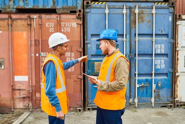 船積みについて話し合うドック労働者