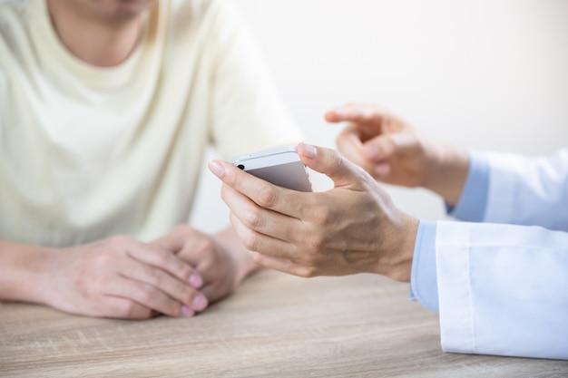 Врач осматривает пациента в больнице при осмотре