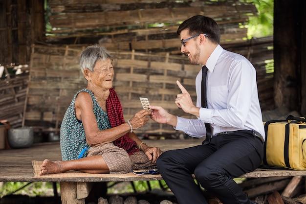 의사는 시골 노인에게 약을 올바르게 복용하고 전체 패널을 먹도록 조언했습니다.